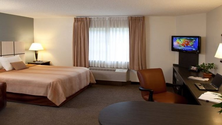 Ideal bedroom in Candlewood Suites Miami Airport West