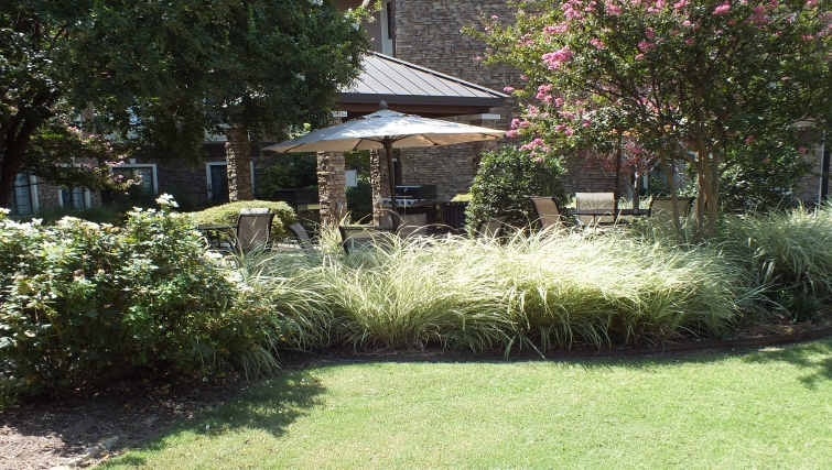 Attractive communal gardens in Staybridge Suites Dallas-Las Colinas