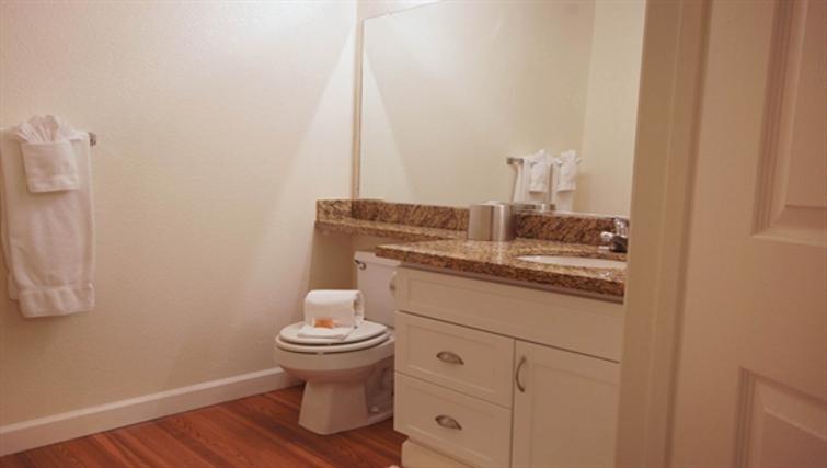 Ideal bathroom in Kensington Place Apartment