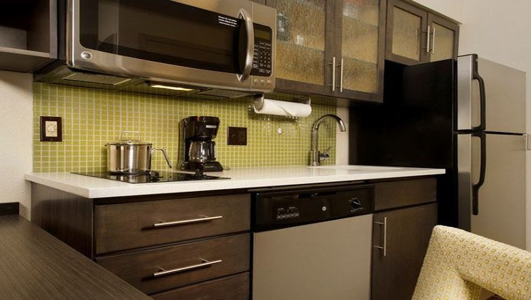 Equipped kitchen in Candlewood Suites Alexandria-Fort Belvoir