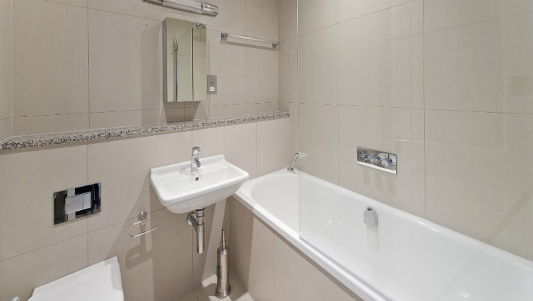Pristine bathroom in Native London Bridge Apartments