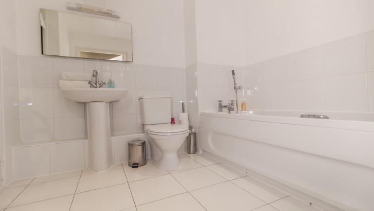 Large bathroom at Trevelyan Court Apartment