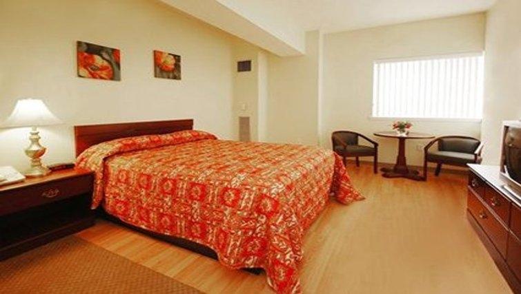 Delightful bedroom in Logan Airport Apartments