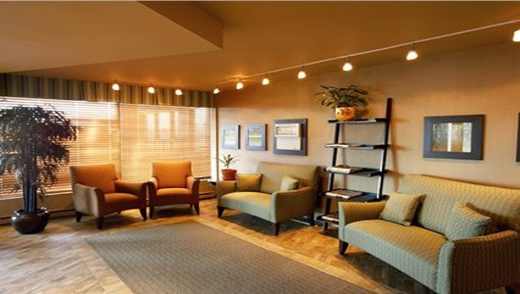 Spacious living area in Quality Inn & Suites P.E. Trudeau Airport