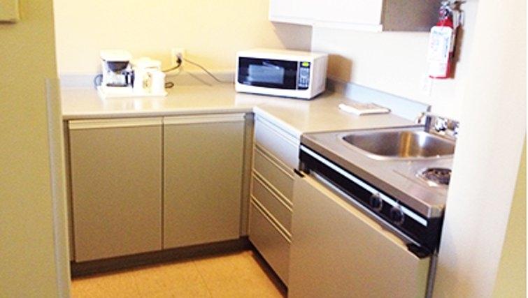 Simplistic kitchen in Quality Inn & Suites P.E. Trudeau Airport