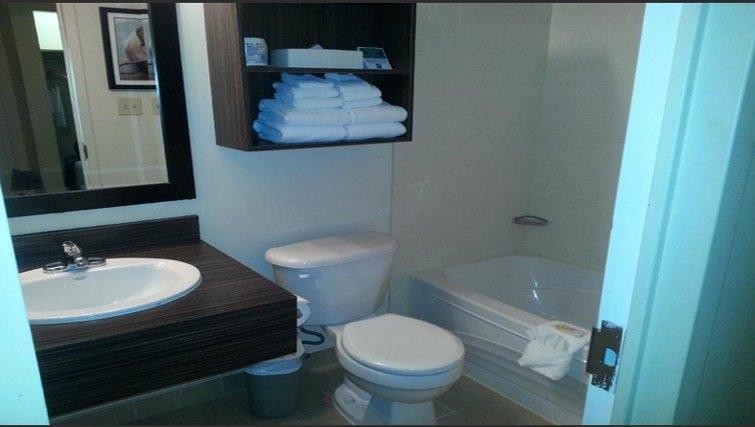 Pristine bathroom in Quality Inn & Suites P.E. Trudeau Airport