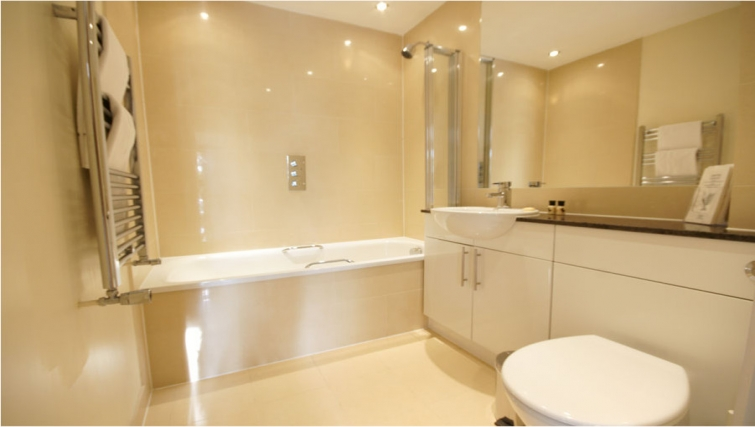 Immaculate bathroom in Lodge Drive Apartments