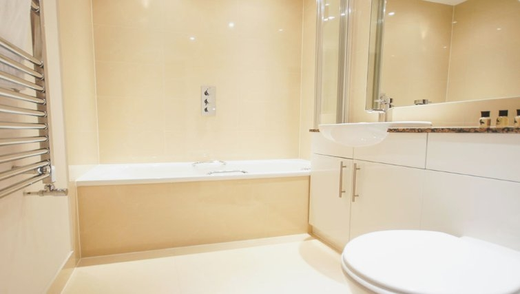 Desirable bathroom at Crompton House Apartments