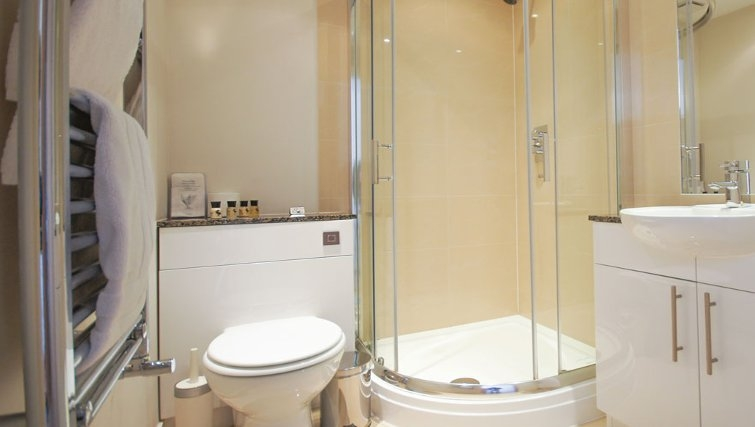 Ideal bathroom at Crompton House Apartments