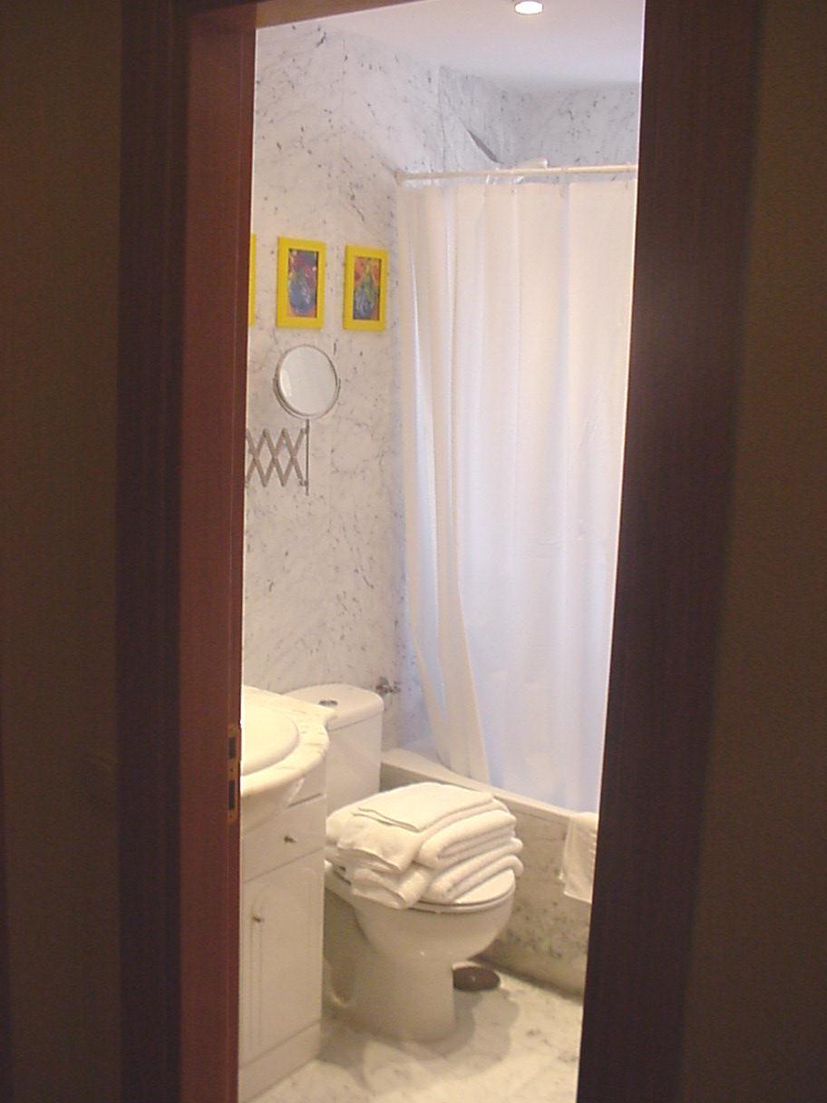Bathroom at Castillo 20 Apartment, Trafalgar, Madrid
