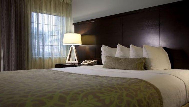 Cosy bedroom in Staybridge Suites Chatsworth