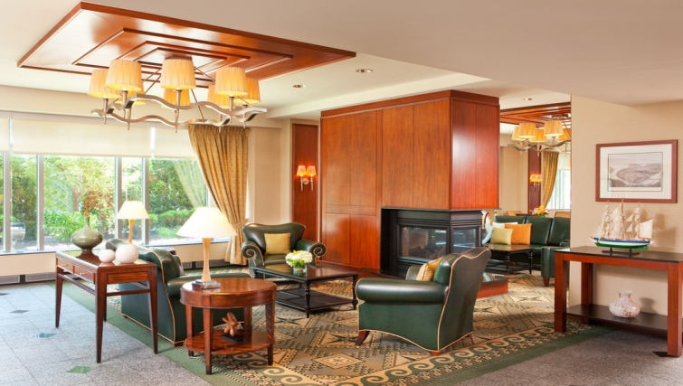 Spacious communal lounge in Residence Inn Boston Harbor on Tudor Wharf
