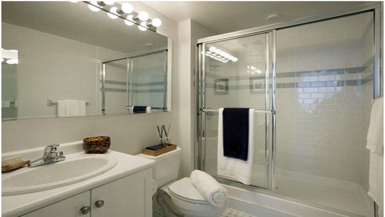 Pristine bathroom in Grove Pointe Apartments