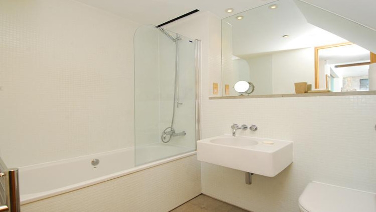 Bright bathroom in Brewhouse Royal William Yard Apartments