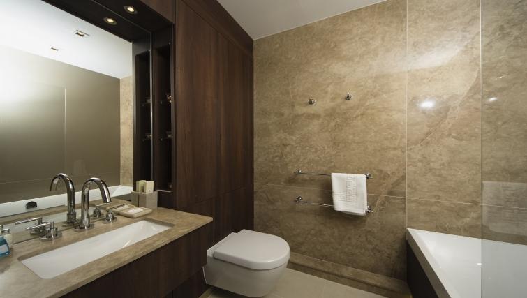 Pristine bathroom in Kew Bridge Piazza Apartments