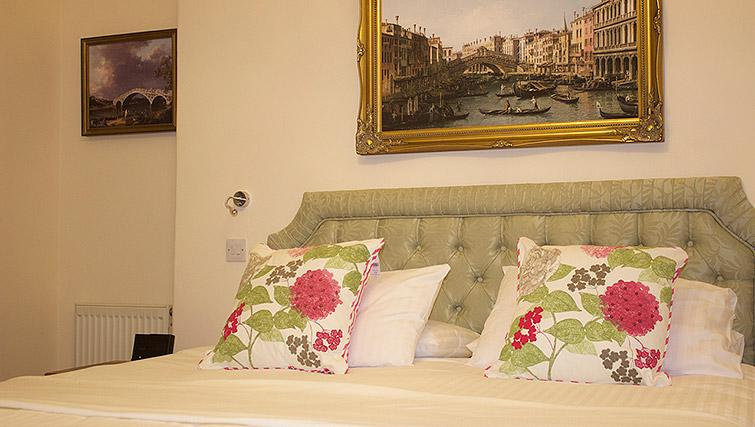 Attractive bedroom in The Town House Apartments