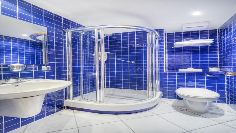 en suite bathroom at Holyrood Aparthotel