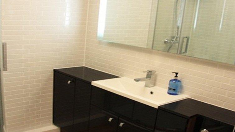 Modern bathroom in Bridge Apartments