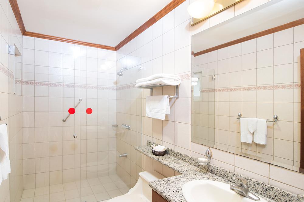 Large bathroom at Villas del Rio Aparthotel