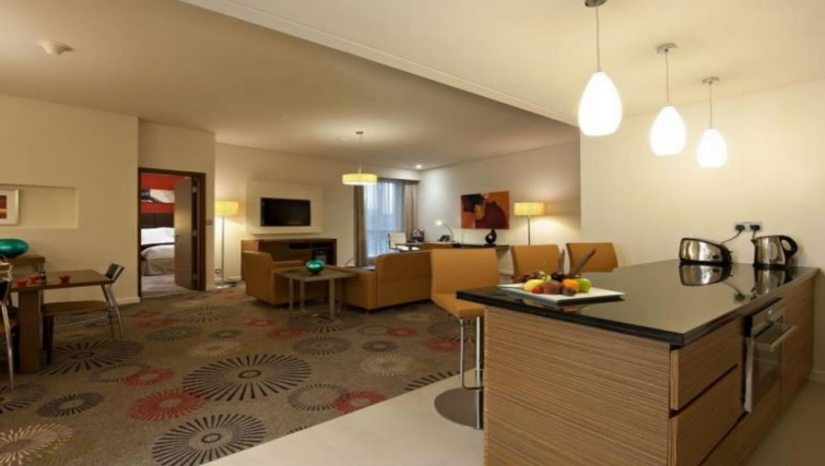 Spacious living area in Crowne Plaza Doha - The Business Park