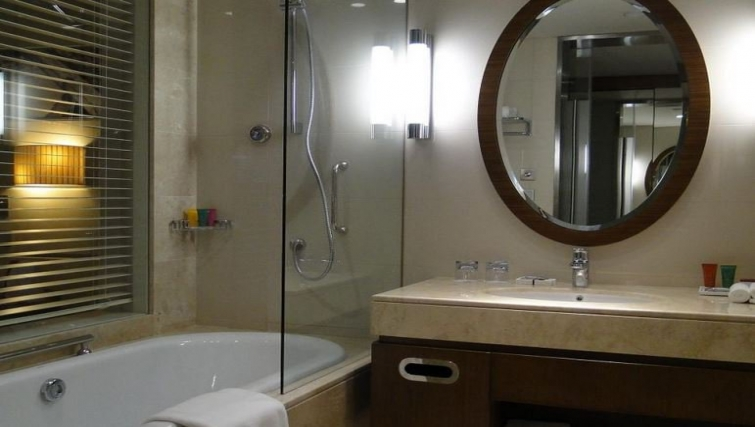 Ideal bathroom in Crowne Plaza Doha - The Business Park