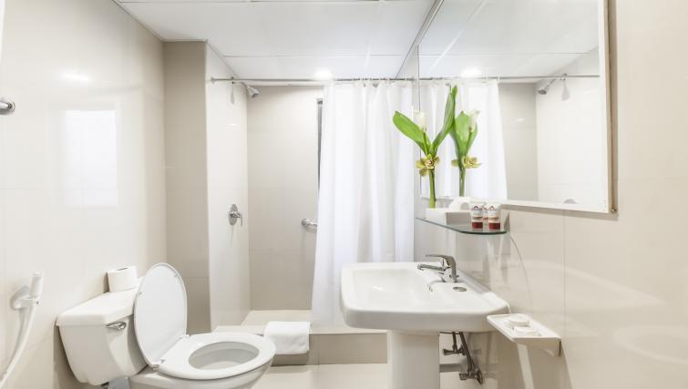 Pristine bathroom at Golden Sands Apartments