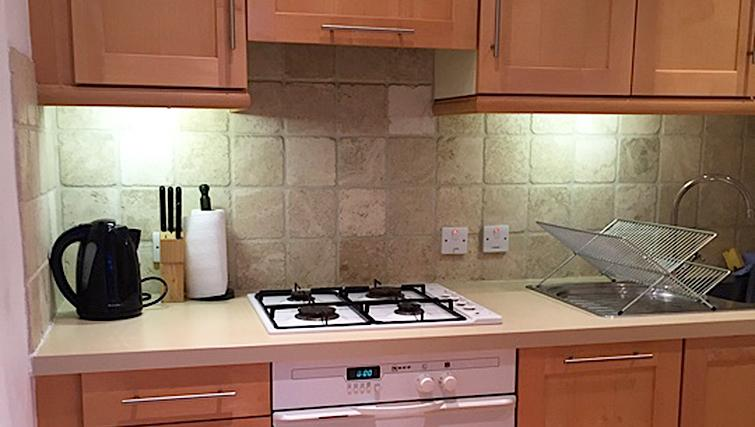 Compact kitchen in Chiswick Green Apartment