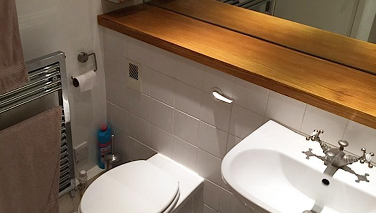 Modern bathroom in Chiswick Green Apartment