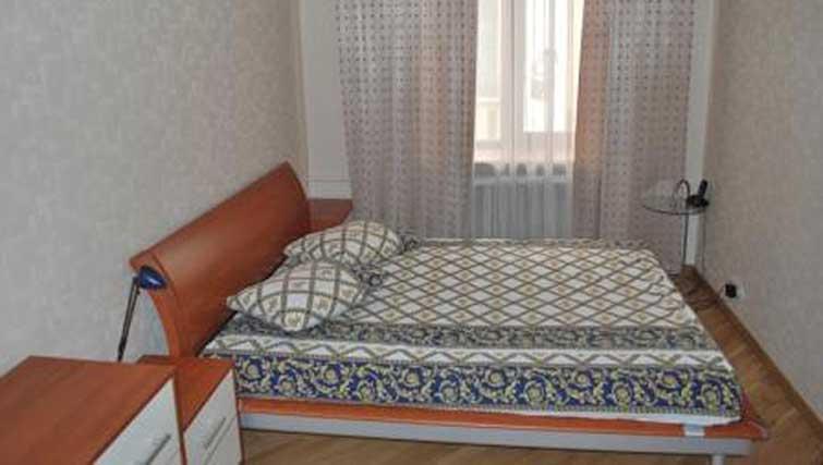 Double bed at Basseynaya Apartments