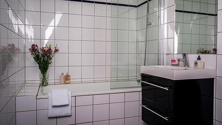 Modern bathroom in Skovveien Apartments