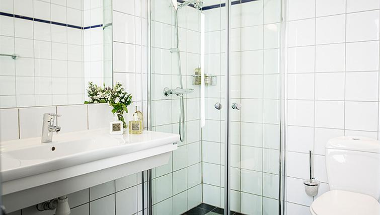Bright bathroom in Skovveien Apartments