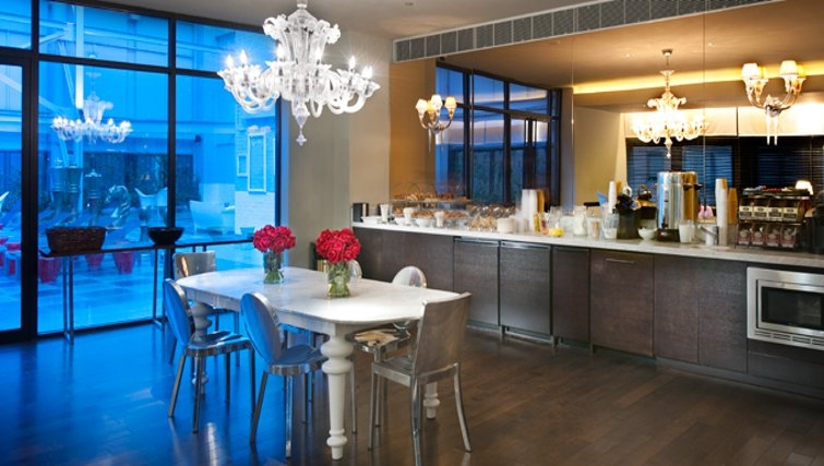 Divine dining area in 95 Wall Street Apartments