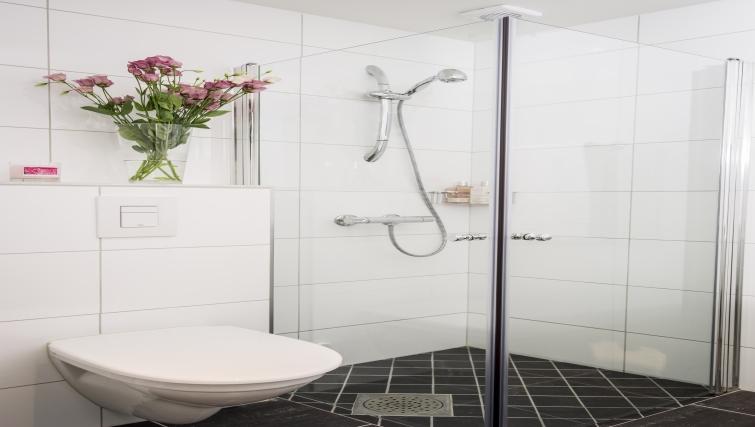 Bright bathroom in Oscargate Apartments