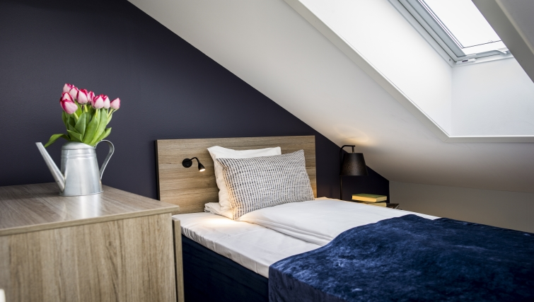 Cosy bedroom in Oscargate Apartments