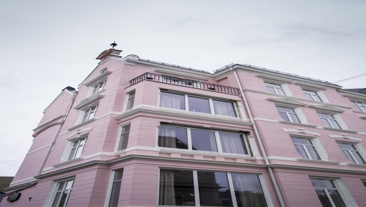 Grand exterior of Oscargate Apartments