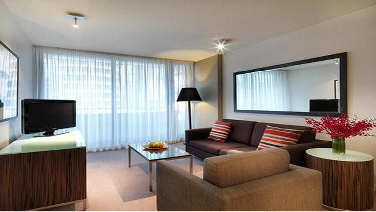 Artistic living area in Adina Apartment Hotel Sydney, Darling Harbour
