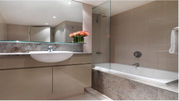 Spacious bathroom in Adina Apartment Hotel Sydney, Darling Harbour