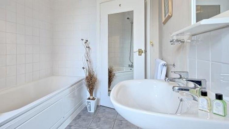 Bright bathroom in Glenhurston Apartment