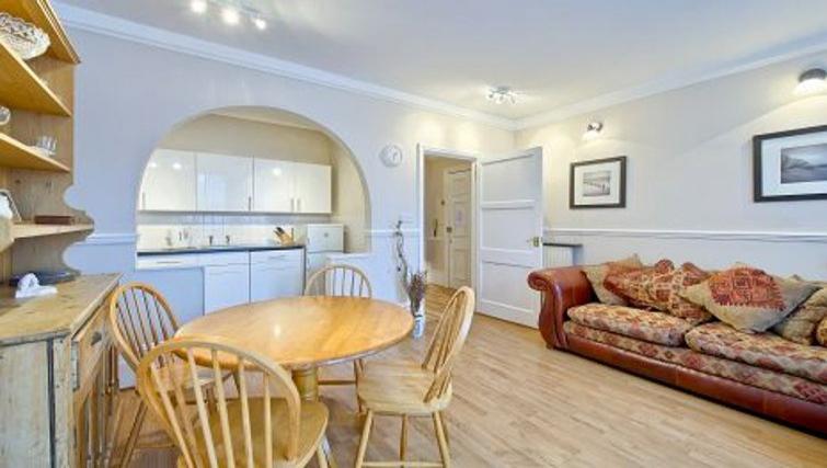 Desirable living area in Glenhurston Apartment