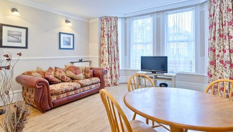 Welcoming living area in Glenhurston Apartment