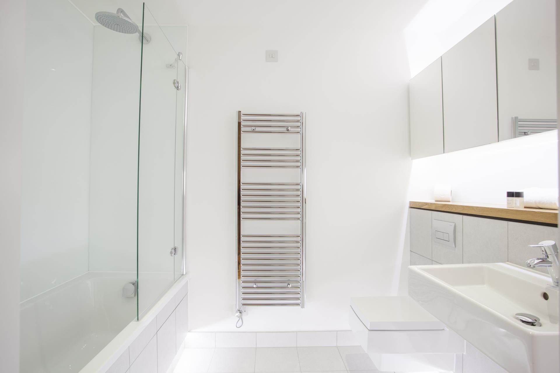 Bath at London Square Apartments
