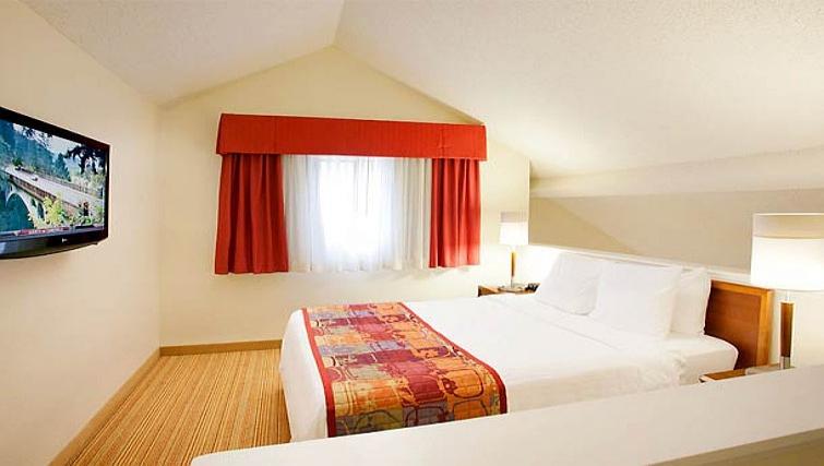 Bright bedroom in Residence Inn Boulder