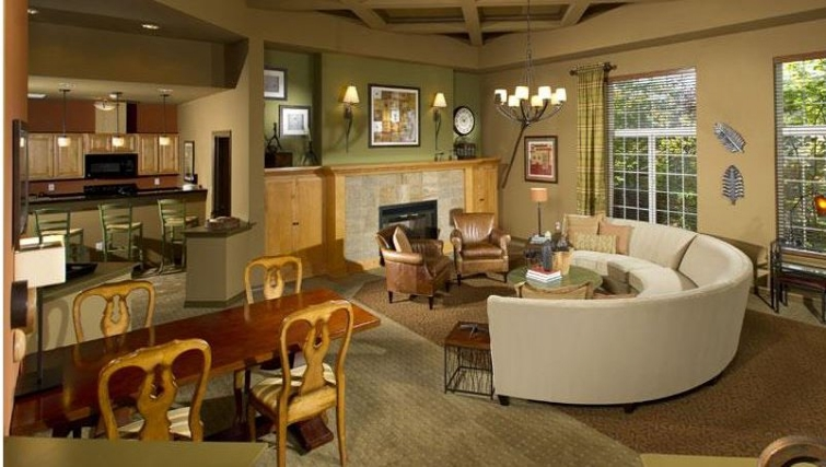 Intimate dining area in The Knolls at Inglewood Hill