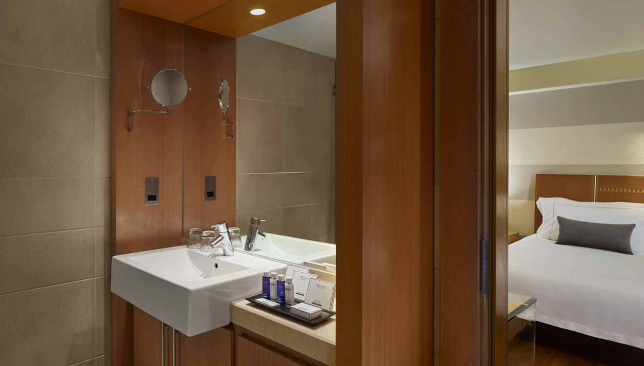 Modern bathroom at Plaza on the River