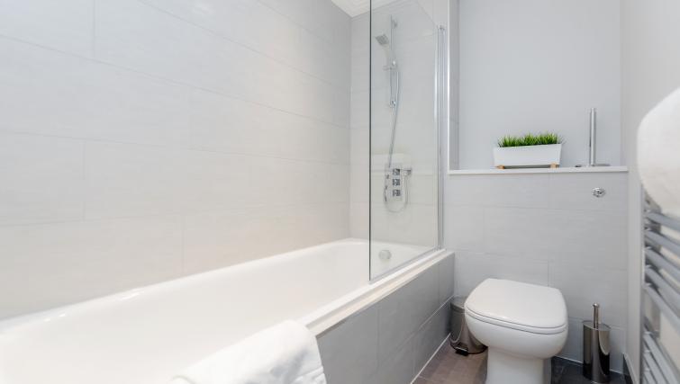 Bath at River House Apartments