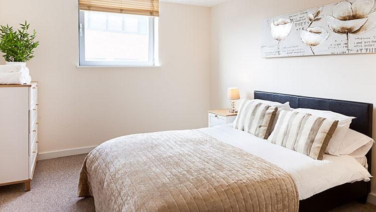 Cosy bedroom in Swindon Paramount Apartments