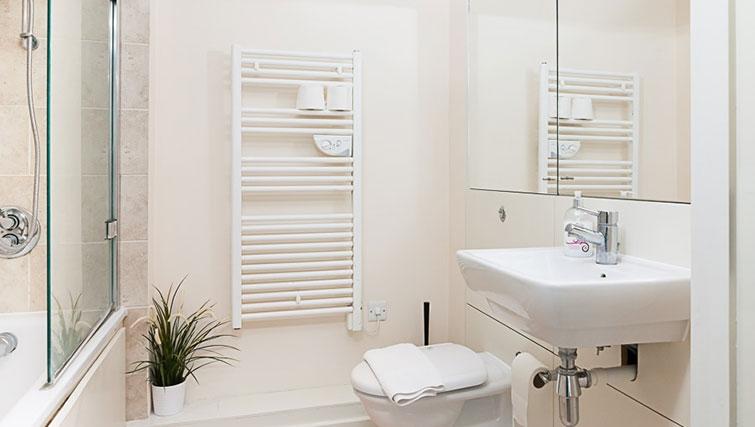 Airy bathroom in Swindon Paramount Apartments