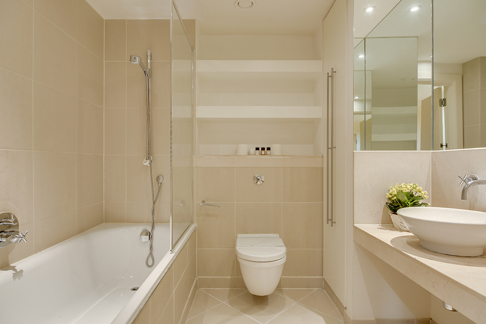 Modern bathroom at Discovery Dock West