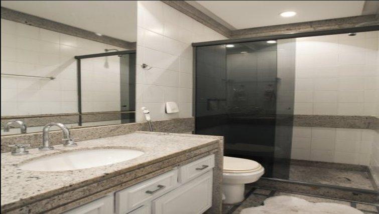 Sleek bathroom at Sweet Om Apartment