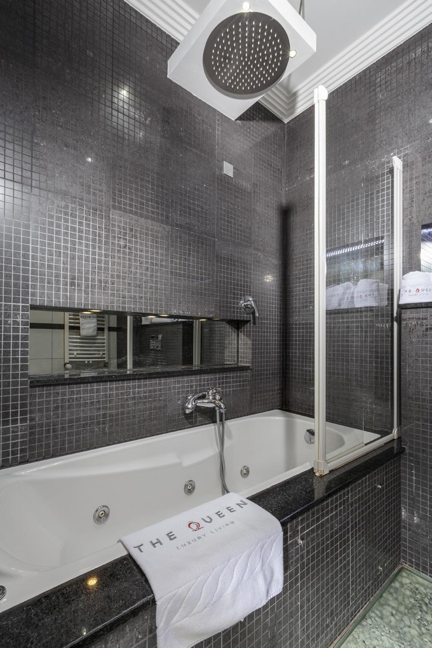 Bath at Villa Cortina Apartments